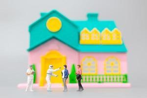 pessoas em miniatura com ppe visitando pacientes para verificação de coronavírus em casa, conceito de saúde