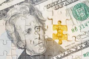 cédula americana com padrão de quebra-cabeça e símbolo bitcoin dourado