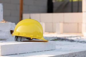 capacete amarelo capacete de segurança na construção local foto