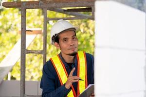 engenheiro arquitetônico inspeciona o controle de qualidade na construção do local foto