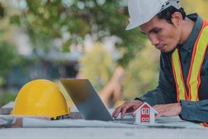 engenheiro arquitetônico projeta construção civil para um projeto de casa foto