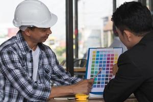 arquitetos planejando novo projeto no local de construção foto
