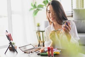 influenciadora de blogueira de beleza transmitindo ao vivo sua avaliação de produtos cosméticos