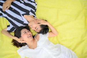 vista superior do feliz casal lgbt asiático foto
