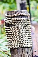 corda em uma superfície de madeira
