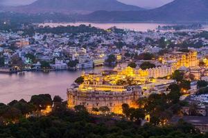 cidade de udaipur no lago pichola à noite, rajasthan, índia