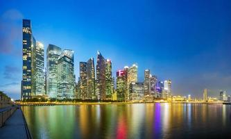 horizonte do distrito financeiro de Singapura na baía da marina