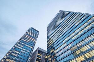janelas de edifícios arranha-céus na cidade de Tóquio, Japão foto