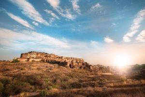 sol se põe no forte de mehrangarh em jodhpur, rajasthan, índia