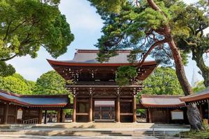 portal em meji jingu ou área do santuário meji em tokyo, no Japão foto