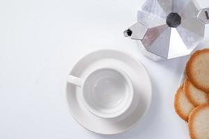 caneca de café vazia com biscoitos no fundo branco foto