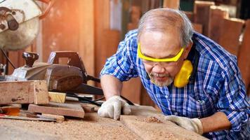 carpinteiro serrando madeira foto