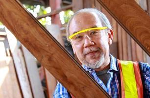 carpinteiro avaliando madeira foto