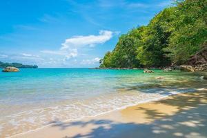 bela praia tropical e fundo do mar foto