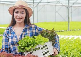 mulher agricultora de vegetais foto