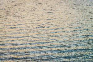 fundo da água do oceano ao pôr do sol foto