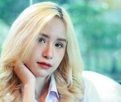 retrato de uma mulher com cabelo loiro