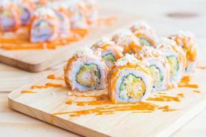 sushi roll de salmão, comida tradicional japonesa foto