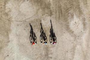 viajantes em miniatura andando de bicicleta, conceito de estilo de vida saudável