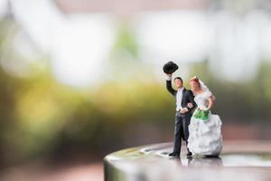 casal de noivos em miniatura em pé no palco, conceito de casamento