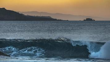 pôr do sol na costa de gran canaria foto