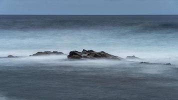 água selvagem nas rochas da gran canária foto