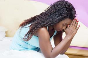 jovem sentada e orando