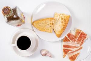 café da manhã andaluz em fundo branco foto