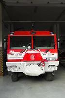 prostejov, república checa 2017- caminhão bombeiro vermelho estacionado na garagem aberta do corpo de bombeiros checo foto