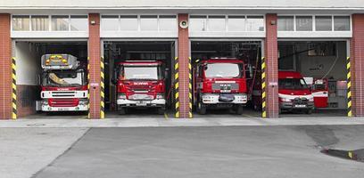 prostejov, república checa 2017 - caminhões de bombeiros vermelhos estacionados na garagem aberta do corpo de bombeiros foto