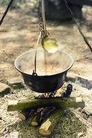 cozinhando ao ar livre em uma fogueira em uma panela