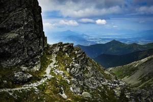 passarela de pedra no alto das montanhas foto