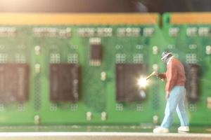 engenheiro de computação em miniatura reparando hardware de computador, conceito de tecnologia