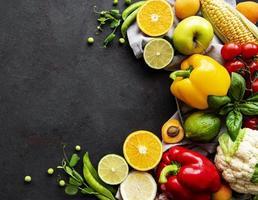 vegetais e frutas em um fundo de concreto preto foto