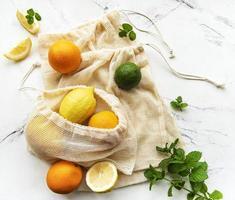 suculentas frutas cítricas maduras em sacolas ecológicas