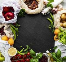 vários vegetais orgânicos de fazenda, grãos, massas e frutas em sacolas de supermercado de embalagens reutilizáveis