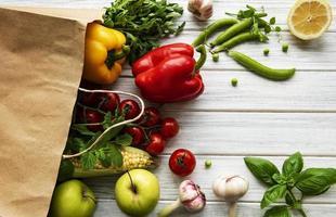 saco de papel com frutas e vegetais, ecológico, plano