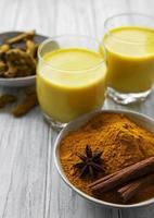 bebida com leite de açafrão amarelo