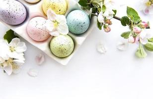 vista superior de ovos de páscoa pintados foto