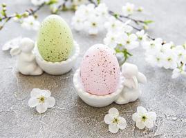 ovos de páscoa coloridos em carrinho