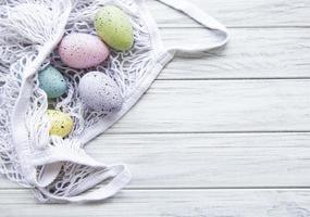 bolsa de barbante com ovos de páscoa e flor de primavera