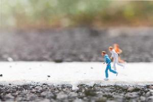 pessoas em miniatura correndo em uma rua, conceito de saúde e estilo de vida