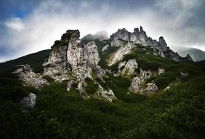 topo de montanha rochosa com nuvens