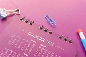 Calendário 2021 em fundo rosa foto