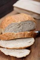 pão de grãos na mesa de madeira foto