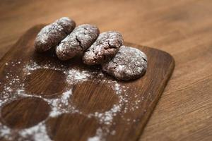 biscoitos de chocolate na tábua de madeira foto