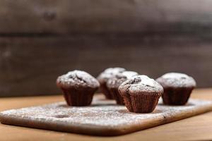 muffins de chocolate na tábua de madeira foto