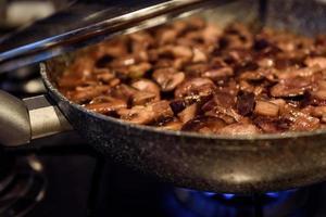 cozinhar cogumelos fritos em uma panela