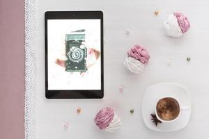 marshmallows feitos à mão branco e rosa com café e tablet mostrando a câmera usada foto