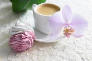 marshmallows brancos e rosa feitos à mão com café foto